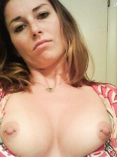Дамочка показывает красивую грудь с пирсингом - секс порно фото