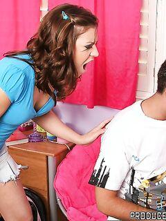 Мужик с большим членом трахает студентку на кровати - секс порно фото