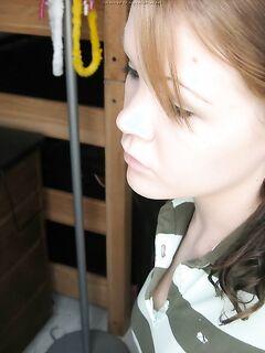 Откровенные селфи стройной девушки перед зеркалом - секс порно фото