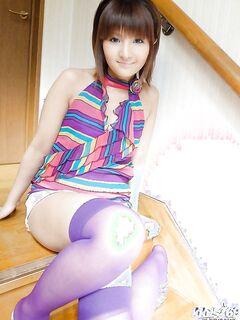 Японская крошка красуется голой на кровати - секс порно фото