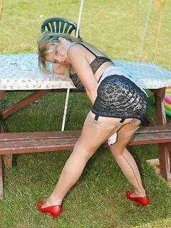 Девица сняла платье и позирует в нижнем белье на природе - секс порно фото