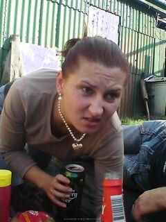 Пьяные телки светят голыми кисками на улице - секс порно фото