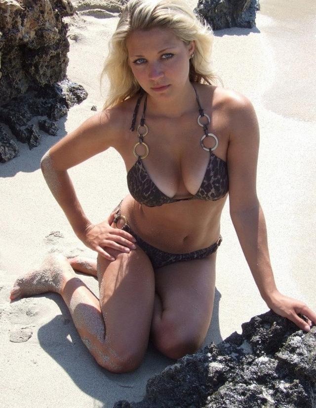 Загорелая куколка обнажила грудь на пляже - секс порно фото