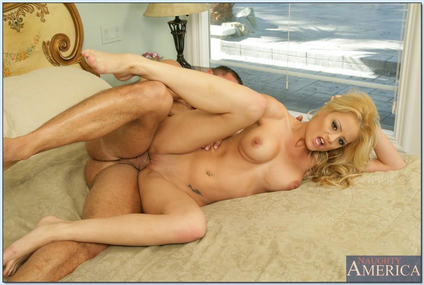Грудастая милфа Хлоя Конрад дает в задницу на кровати - секс порно фото