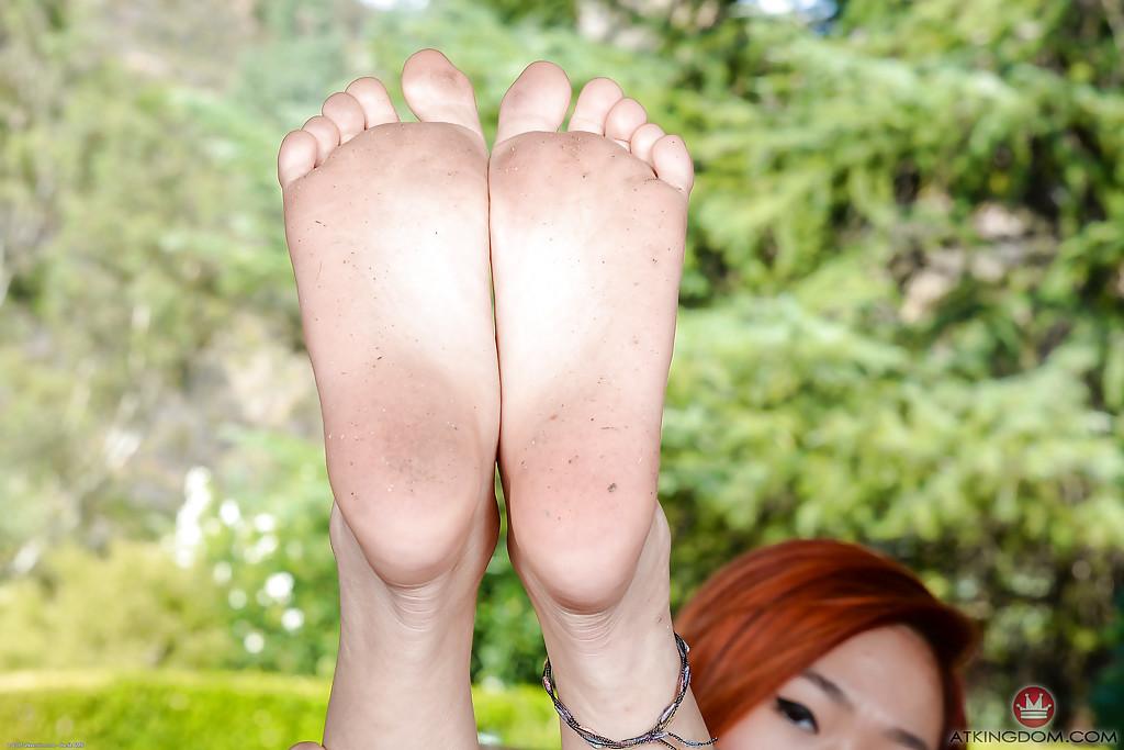 Малазийская красотка Lea Hart расставляет ножки и показывает прелести на улице - секс порно фото