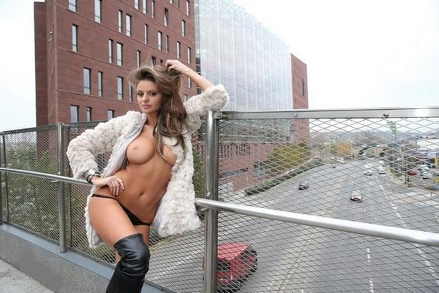 Девушки показывают большие натуральные титьки - секс порно фото
