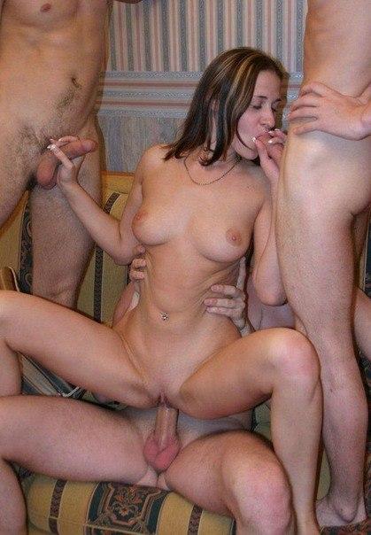 Несколько мужиков трахают во все дырки одну бабу - секс порно фото