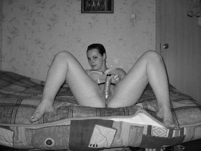 Милашка хвастается своими упругими формами - секс порно фото