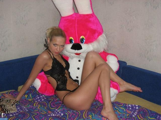 Худенькая куколка позирует в сексуальном нижнем белье - секс порно фото