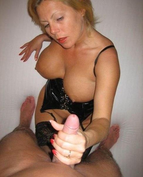 Мамочки обнажают сиськи и делают минет - секс порно фото