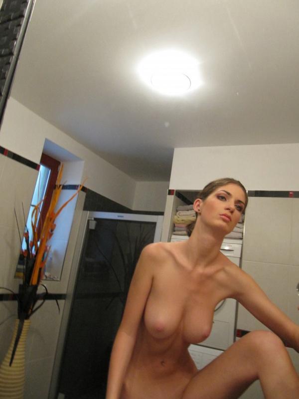 Грудастая худышка делает голые селфи в зеркале - секс порно фото