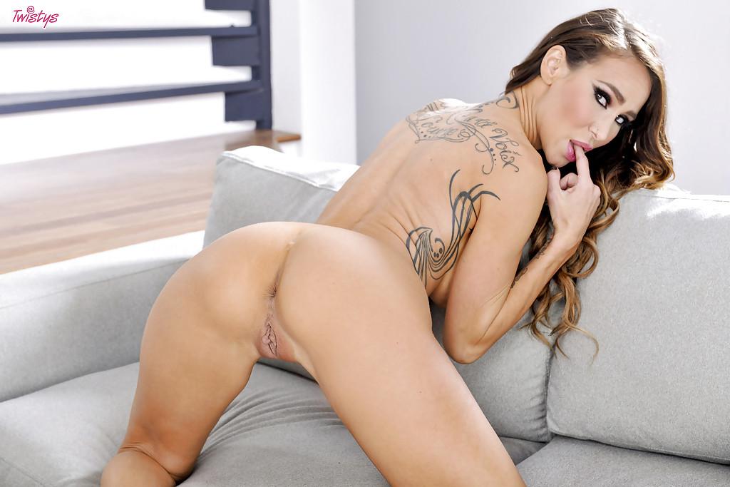 Татуированная красотка с большими сиськами мастурбирует на диване - секс порно фото
