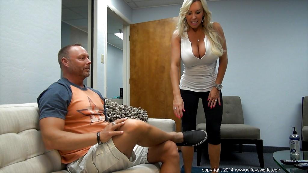 Грудастая милфа сделала смачный минет мужу и проглотила сперму - секс порно фото