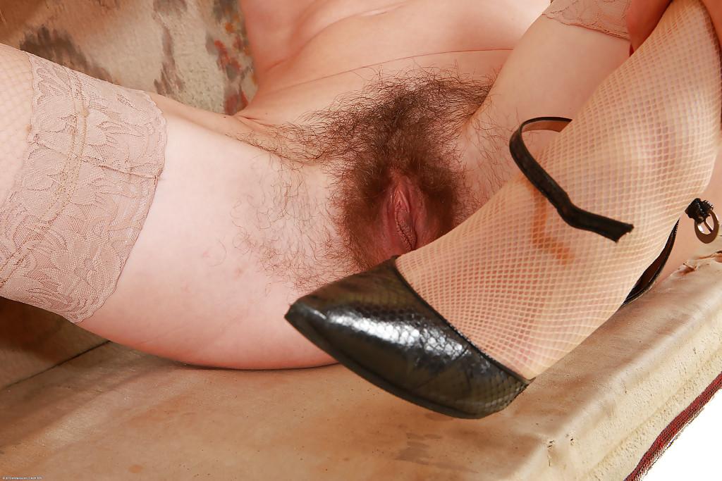 Стройная мамка показала волосатую промежность на диванчике - секс порно фото