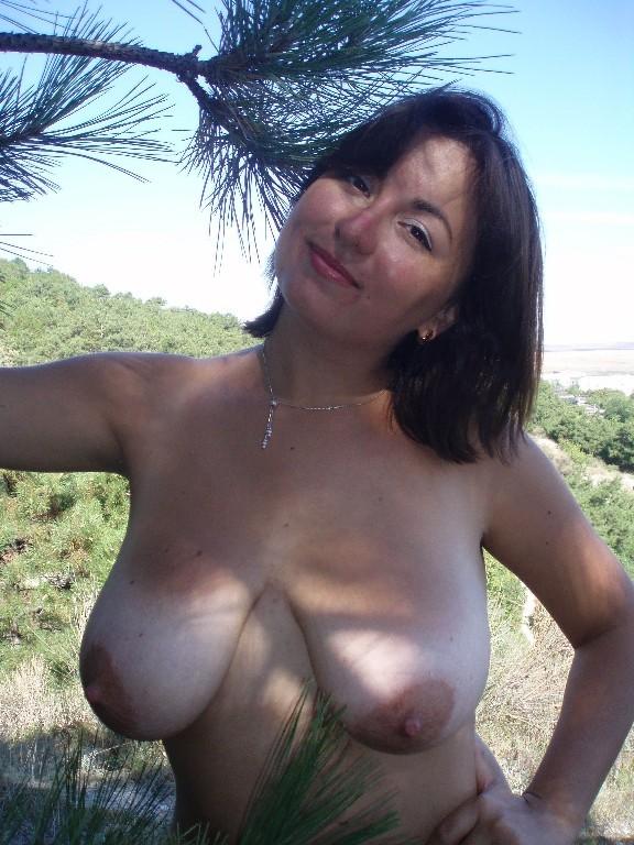 Пухленькая мамаша купается на нудистском пляже - секс порно фото