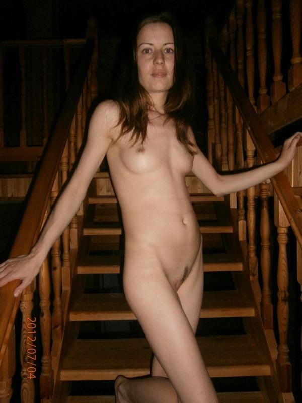 Худощавая крошка гуляет по дому и показывает промежность - секс порно фото