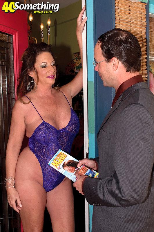 Зрелая домохозяйка отсосала рекламному агенту - секс порно фото