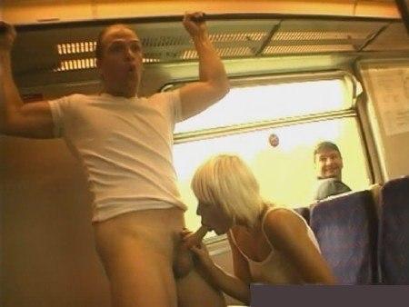 Молодые девицы обнажают свои формы в публичных местах - секс порно фото