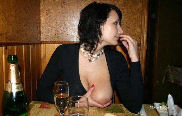 Грудастая особа обнажает свои формы в публичных местах - секс порно фото