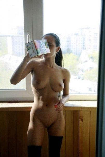 Девицы обнажают упругие сиськи и показывают письки - секс порно фото