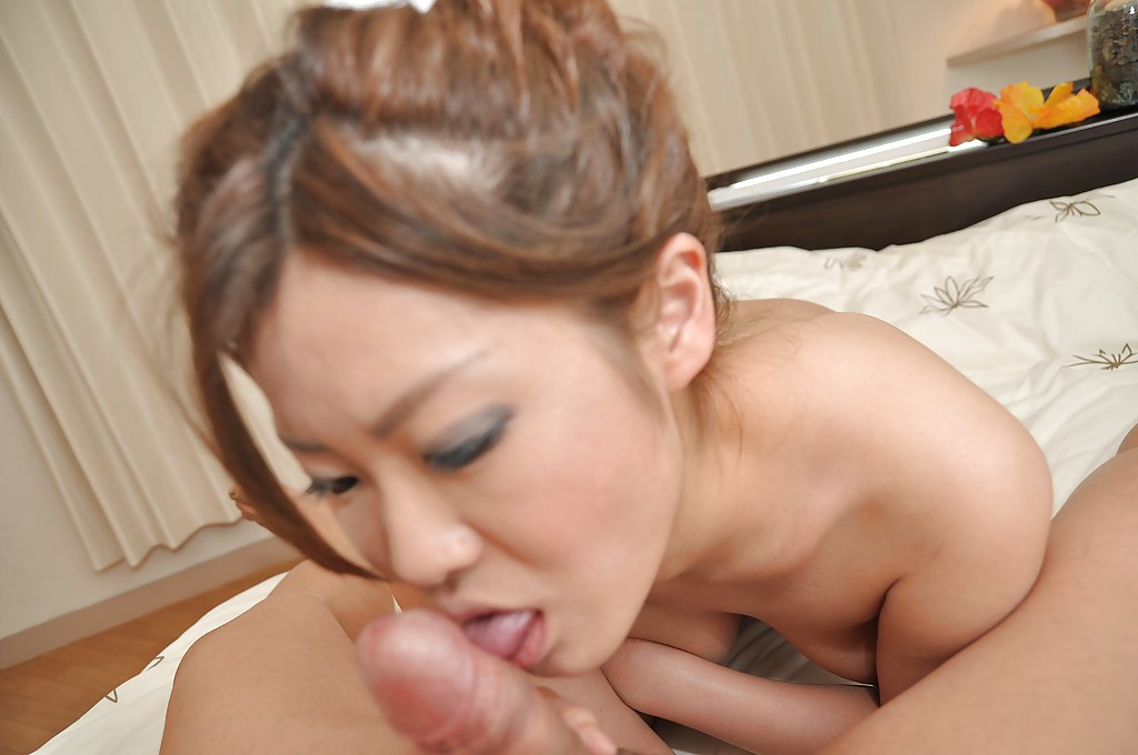 Парень трахает японскую деваху на кровати - секс порно фото