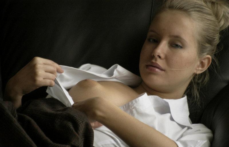 Молодая жена эротично позирует для семейного альбома - секс порно фото