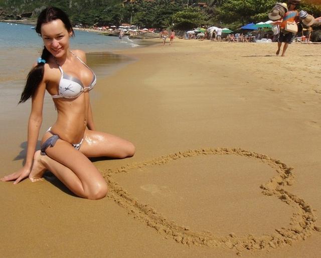 Стройные девушки в бикини на пляже - секс порно фото