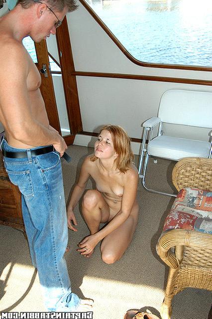 Худенькую девку трахают в разных позах на яхте - секс порно фото