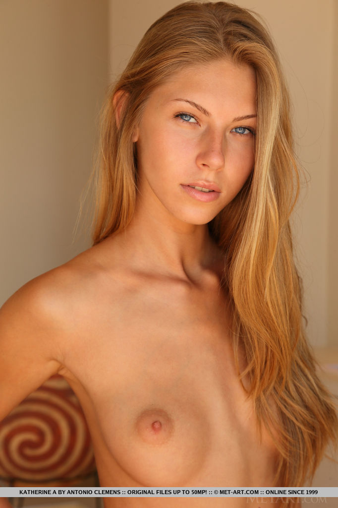Русская модель с бритой киской раздевается на диване - секс порно фото
