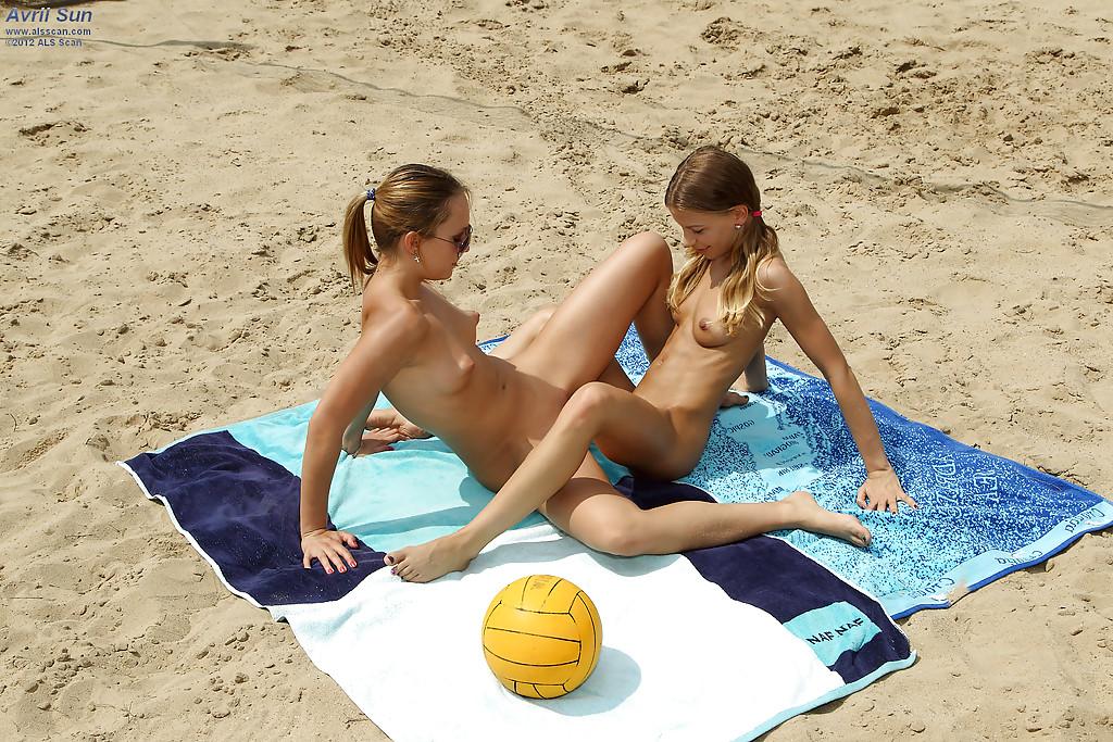 Лесбиянки трахаются страпоном на волейбольной площадке - секс порно фото