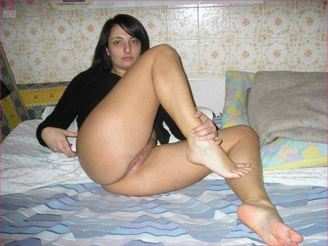 Брюнетка хвастается упругой попкой и узкой пилоткой - секс порно фото