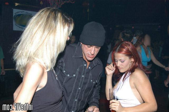 Парень трахает двух пьяных девок на вечеринке - секс порно фото