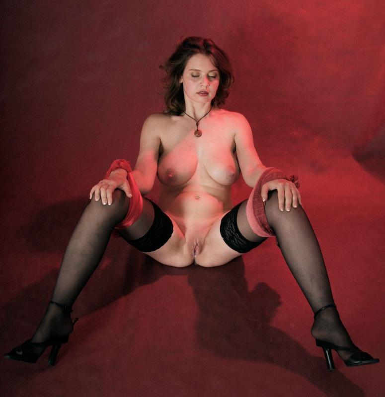 Мамка с завязанными глазами раздвигает ножки в чулках - секс порно фото