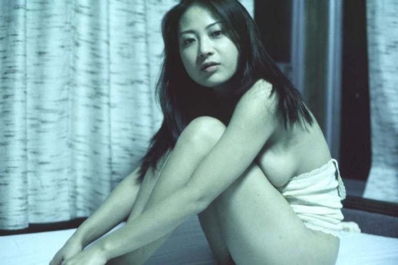 Азиатка раздвинула рогатку в кровати перед своим парнем - секс порно фото