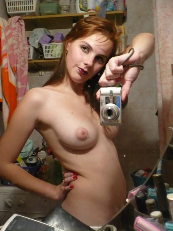 Голые студентки позволяют парням фотографировать их дома - секс порно фото