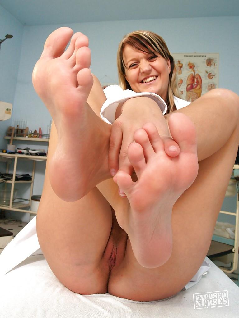 Медсестра занимается футфетишем и дрочит на работе - секс порно фото
