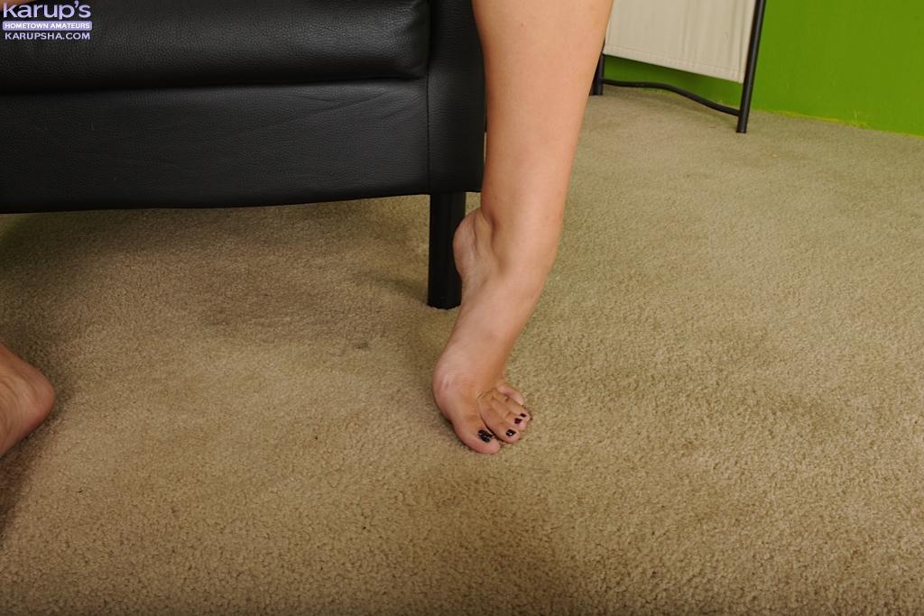 19летняя девица раздевается и позирует в кресле - секс порно фото