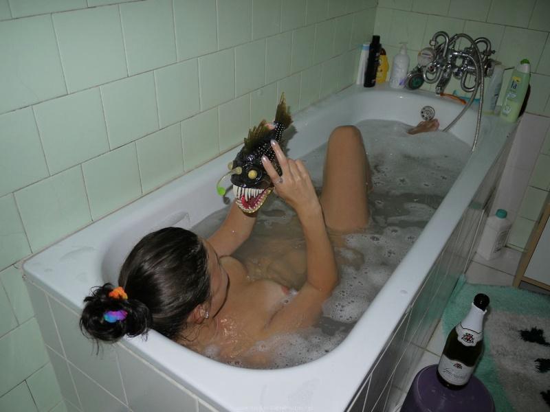 Девушка принимает ванну, попивая шампанское - секс порно фото