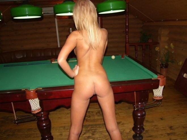 Блондинка в сауне играет в бильярд голышом - секс порно фото