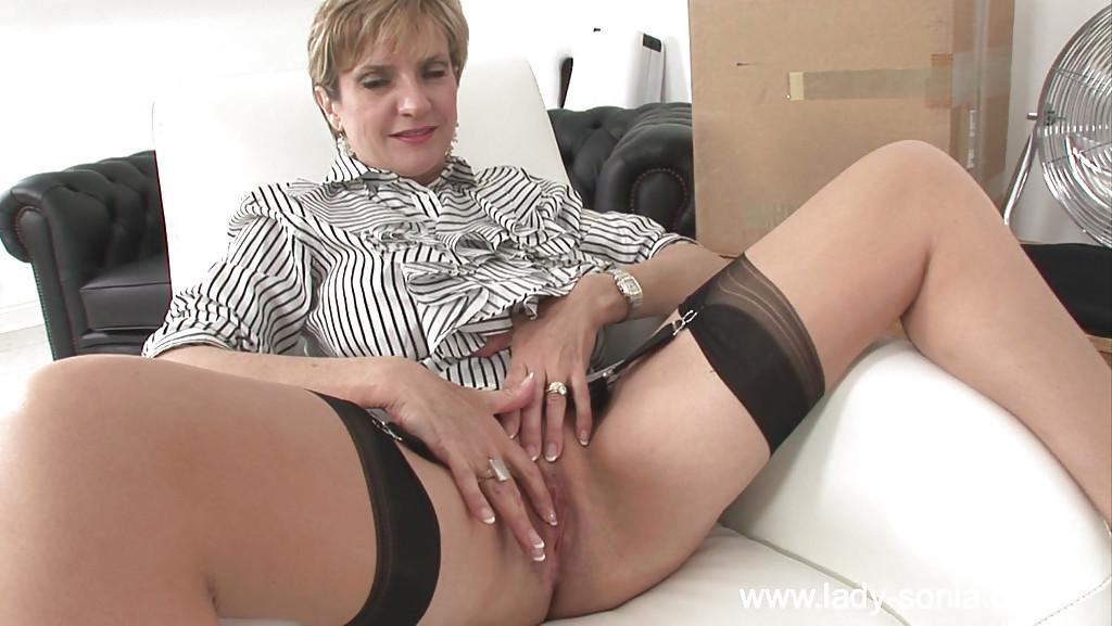 Одинокая зрелка дрочит в кресле вибратором - секс порно фото