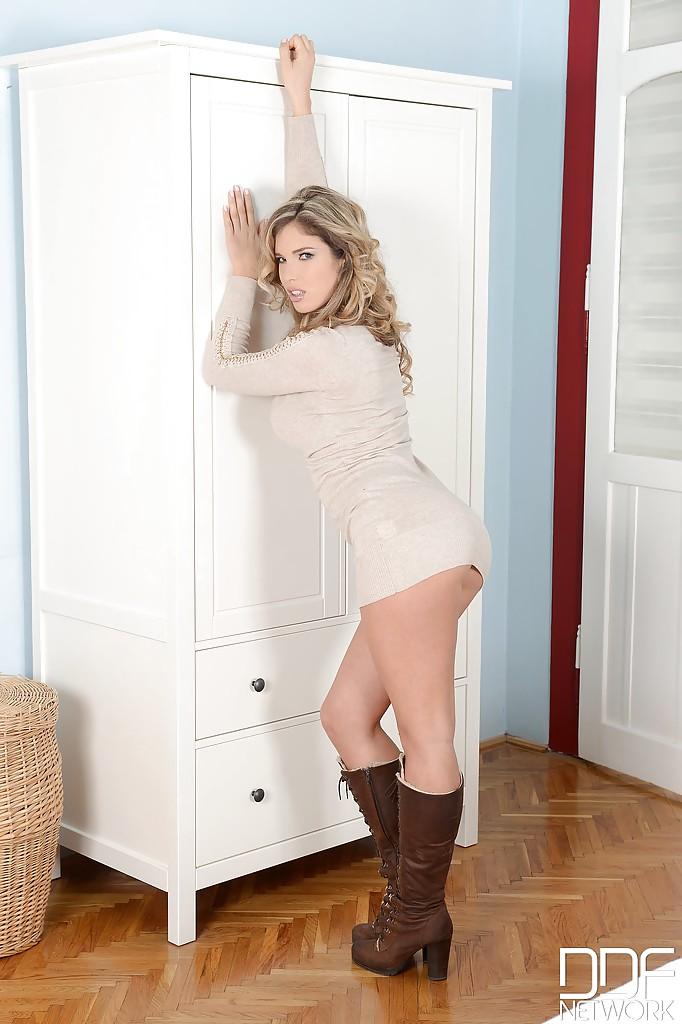 Красотка в сексуальном нижнем белье обнажает формы - секс порно фото