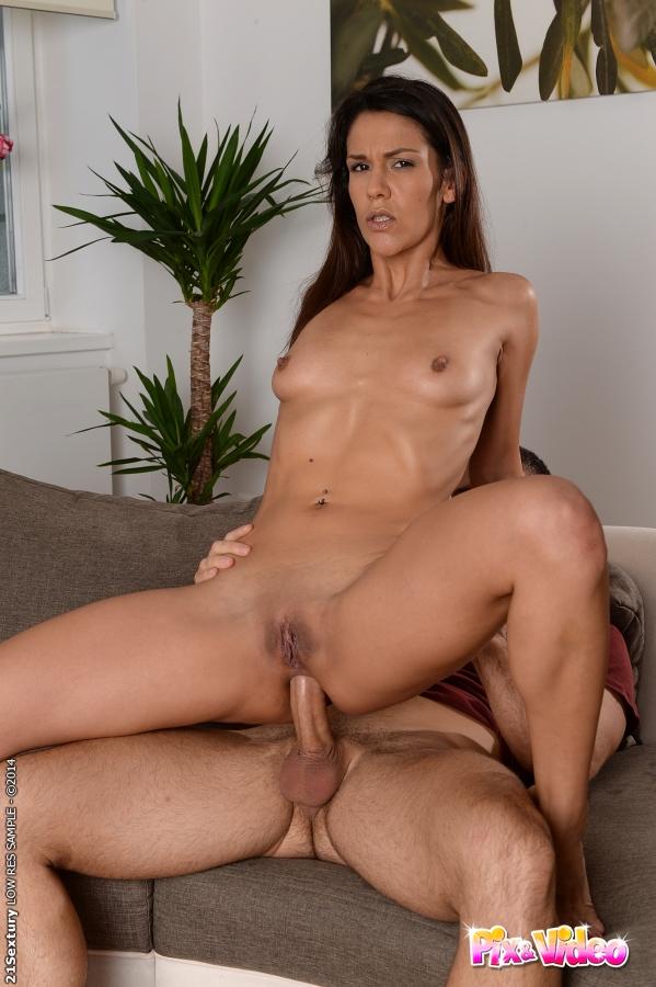 Мужик дерет в очко 30-летнюю латинку с маленькой грудью - секс порно фото