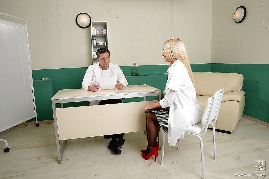Белокурая практикантка отсасывает у доктора - секс порно фото