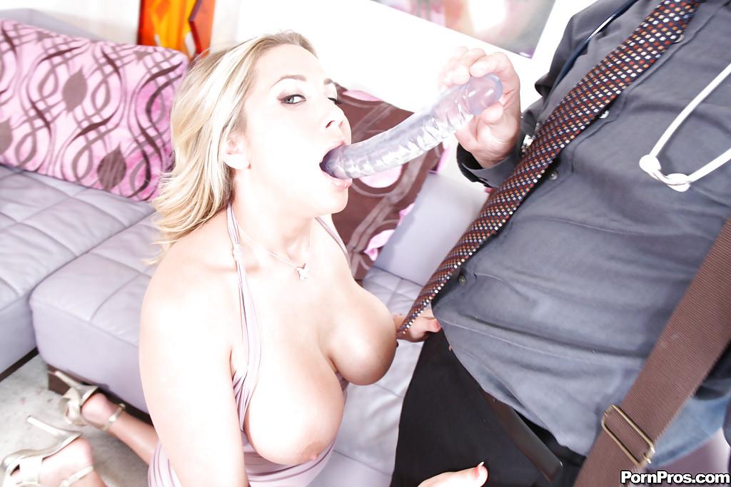 Грудастая мамочка делает врачу глубокий минет - секс порно фото