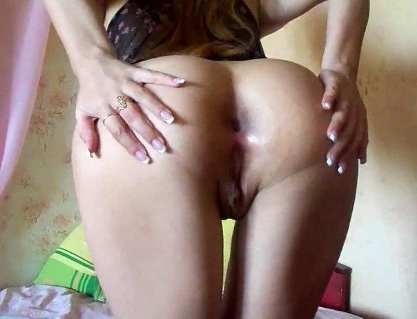 Парни фотографируют голые попы стоящих раком подружек на кровати - секс порно фото