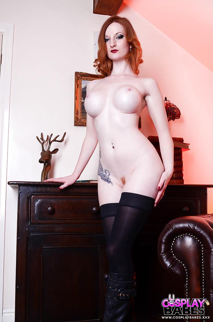 Косплеерша в костюме Черной вдовы дрочит на диване - секс порно фото