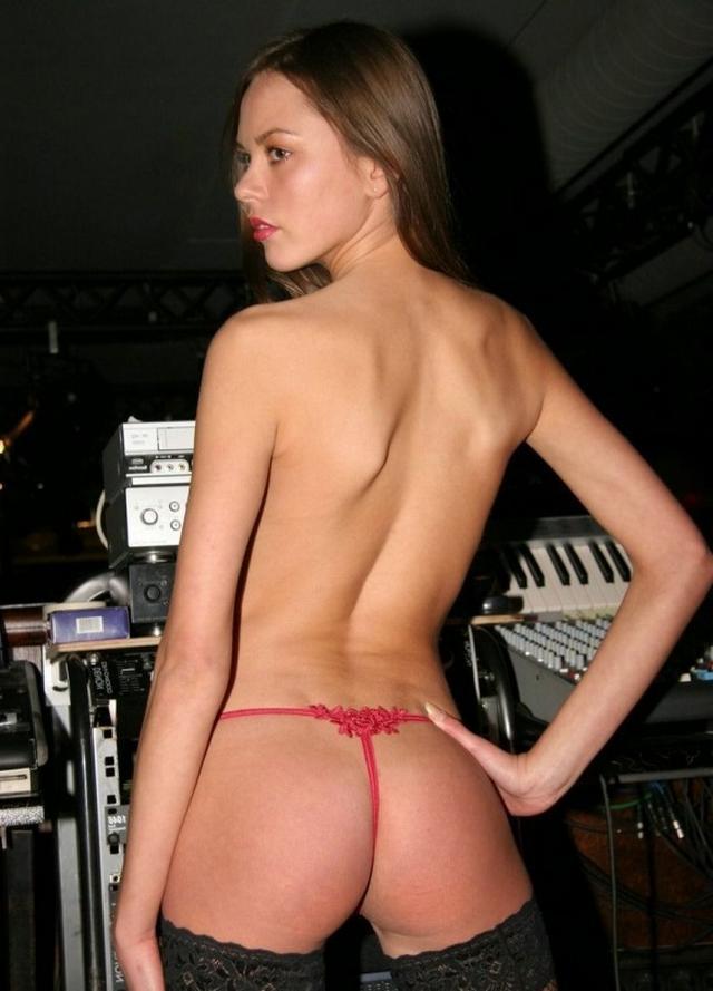 Хрупкая 18-летняя девушка позирует голышом - секс порно фото