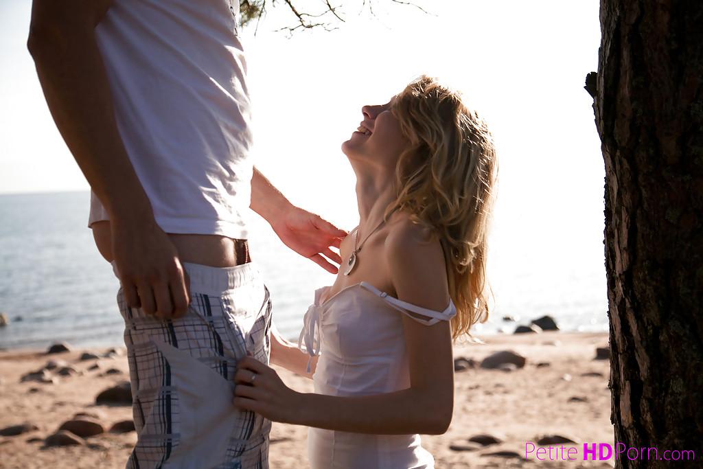 Худышка делает минет парню на берегу озера - секс порно фото