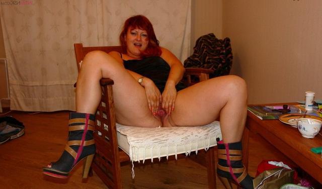 Домохозяйки без трусиков раздвигают ноги дома перед мужьями - секс порно фото