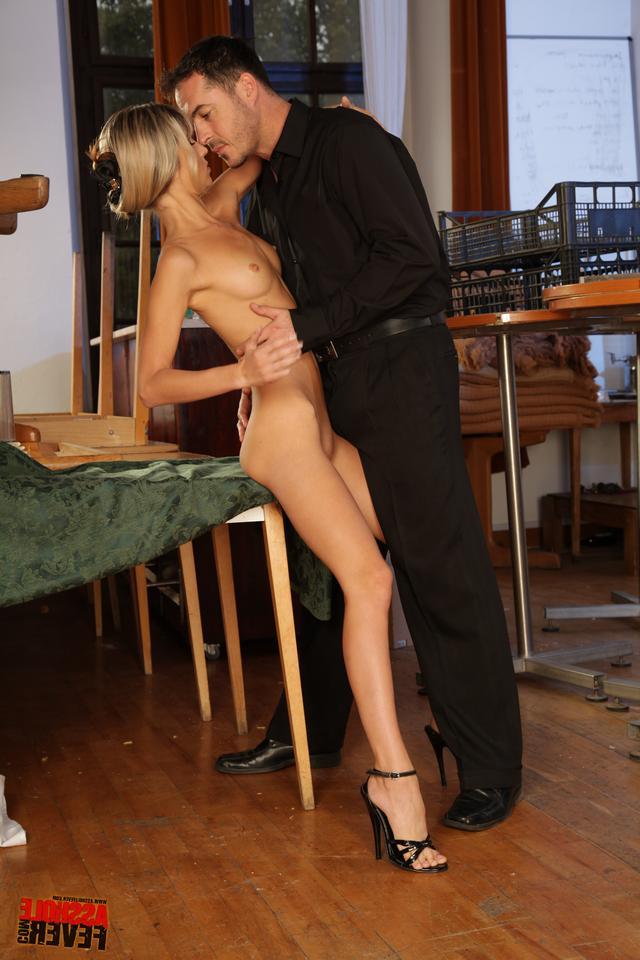 Русская блондинка отдалась ухажеру на первом свидании - секс порно фото